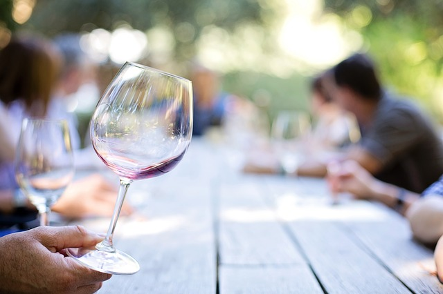 ¿Sirve de algo girar la copa cuando bebemos vino?