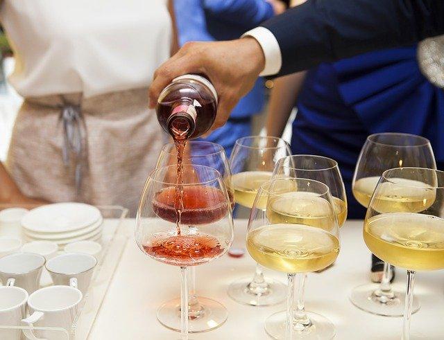Por qué el vino blanco se bebe más frío que el tinto