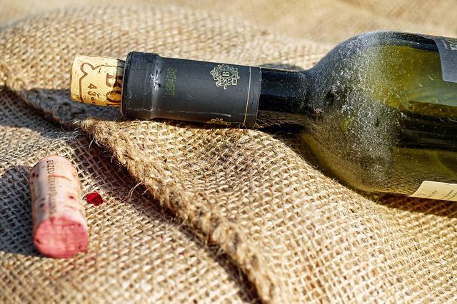 Como guardar el vino después de abrirlo